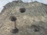 des cupules creusées dans une roche granitique.JPG