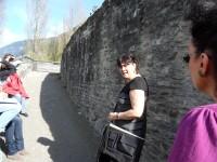 Notre guide devant la rampe d'accès.JPG